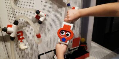 Montowanie elementów na ściance wodnej w Pracowni H2O