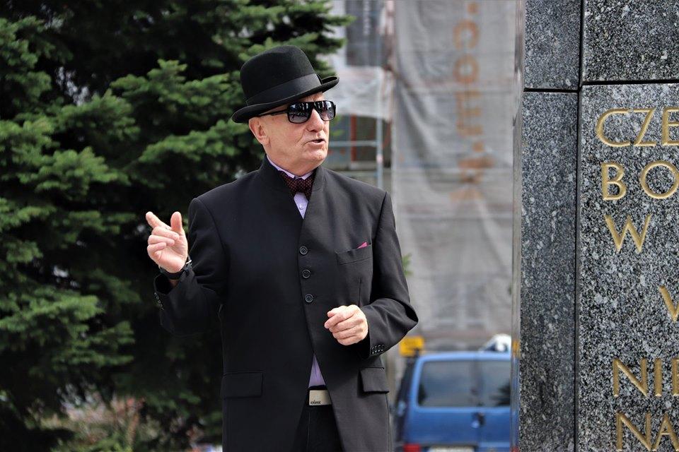 Lucjan Czerny ubrany w czarny melonik, czarne okularny i frak stoi na Rynku Miejskim w Siemianowicach. Foto Piotr Pindur