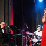 Bohdan, Katarzyna i Kamil Wantuła na scenie SCK- Bytków podczas wykonywania koncertu