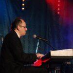 Bohdan Wantuła siedzący przy elektrycznym pianinie podczas nagrywania koncertu karnawałowego w SCK- Bytków