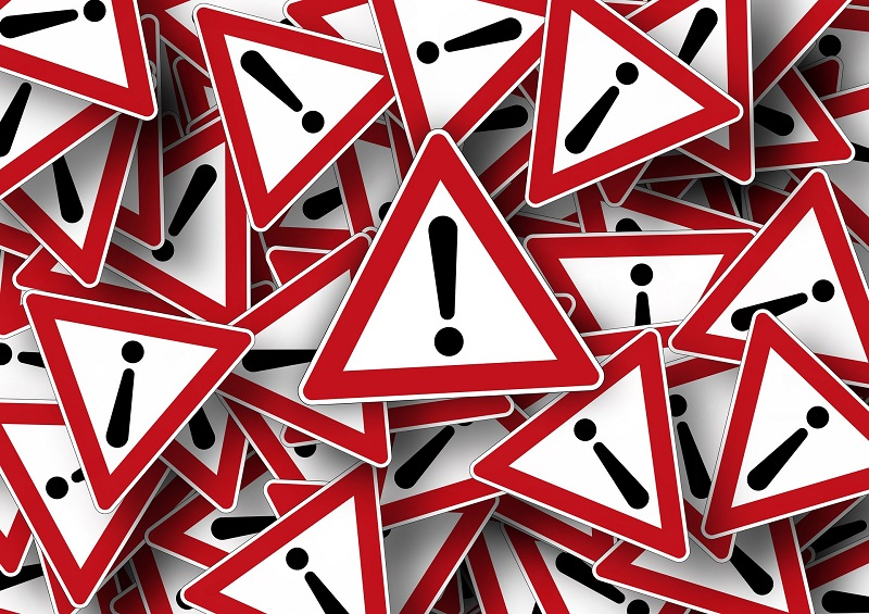 Duża ilość biało-czerwonych, trójkątnych znaków ostrzegawczych. W środku każdego - czarny wykrzyknik.