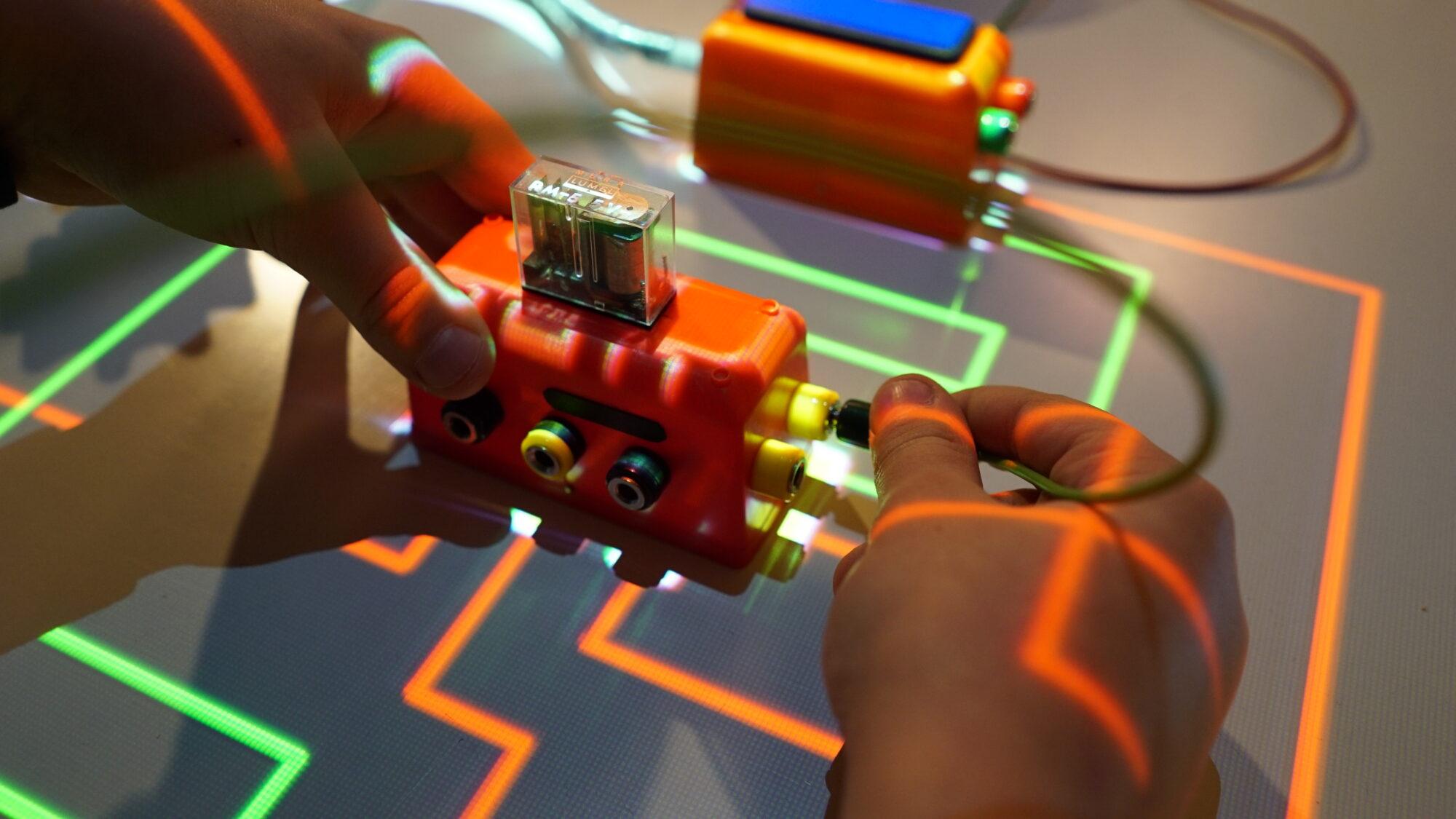 Schematy elektrotechniczne wyświetlane na stole magnetycznym w Pracowni H2O