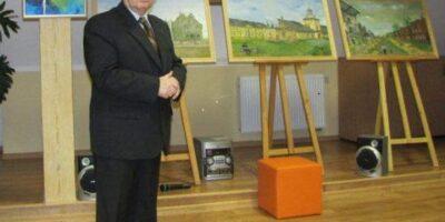 Zdjęcie przedstawia Andrzeja Sodowskiego na tle wystawy