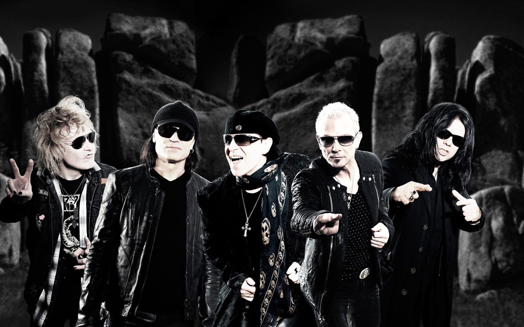 Zdjęcie przedstawia członków zespołu SCORPIONS na tle skał