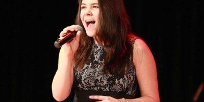 Zdjęcie przedstawia śpiewającą Urszulę Kozielską.