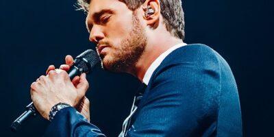 Artysta Michael Bublé śpiewający do mikrofonu