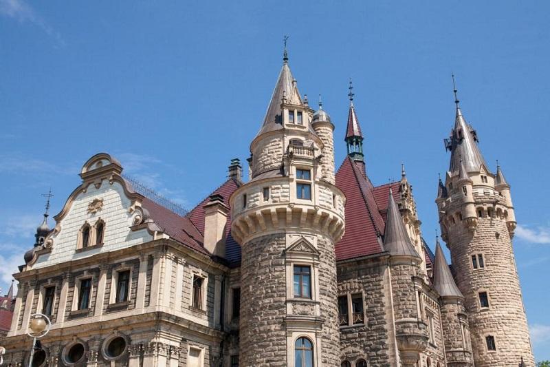 Pałac w Mosznej na tle niebieskiego nieba.
