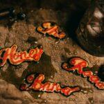Honey Road Band & The Funky Diamonds - nazwa zespołu zapisana żółto-czerwonymi literami, polanymi miodem