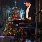 Kamil Wantuła gra na wibrafonie, na scenie SCK. Za nim choinka.