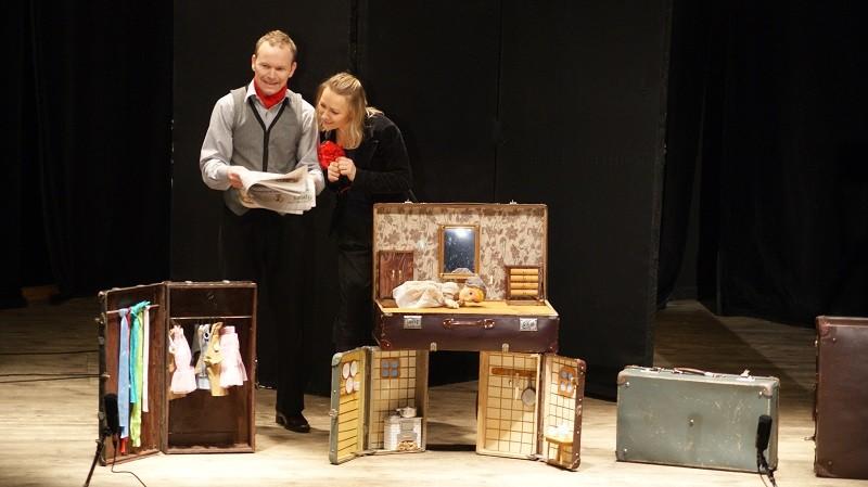dwoje aktorów na scenie - kobieta i mężyzna, podczas odgrywania spektaklu dla dzieci pt. Kopciuszek