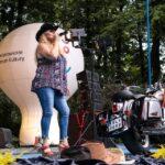 Na zdjęciu Alicja Boncol podczas koncertu w Siemianowicach Śląskich. Widać również motocykl będący elementem dekoracji oraz biał balon reklamowy SCK. Foto Monika Bilska