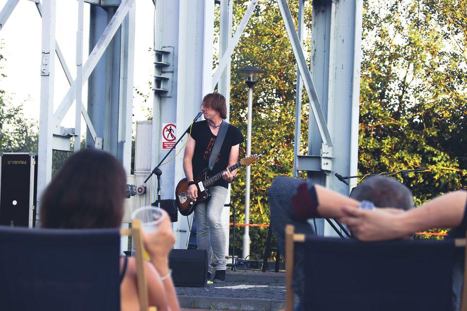 Na zdjęciu K-Essence podczas koncertu pod szybem Krystyn. Widać także leżących na leżakach i słuchających koncertu ludzi. Foto Monika Bilska