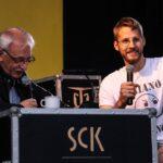 Na zdjęciu Marek Omelan, prowadzący koncert Rock Noc rozmawia z wokalistą zespołu Bulwers, występującego przed Oberschlesien. Foto Monika Bilska