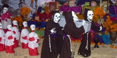 Na zdjęciu dekoracja na meksykańskie obchody dnia Wszystkich Świętych. Lalki o twarzach kościotrupów ubrane w habity mnichów i alby ministrantów. Foto Anna Jakubowska