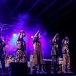 Na zdjęciu muzycy zespołu Oberschlesien tuż po wejściu na scenę, podczas koncertu Rock Noc. Stoją w rzędzie, trzymając z rękach górnicze karbidki. Foto Monika Bilska
