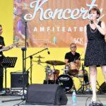 Na zdjęciu perkusista Marek Olma grający na perkusji oraz wokalistka Kaja Karaplios, śpiewająca do trzymanego w dłoni mikrofonu oraz gitarzysta Bohdan Lizoń. Foto Monika Bilska