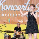 Na zdjęciu perkusista Marek Olma grający na perkusji oraz wokalistka Kaja Karaplios, śpiewająca do trzymanego w dłoni mikrofonu. Foto Monika Bilska