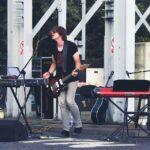 Na zdjęciu ubrany w czarną koszulkę muzyk tworzący pod speudonimem K-Essence, podczas koncertu pod wieżą szybku Krystyn, przy SCK- Parku Tradycji. Foto Monika Bilska