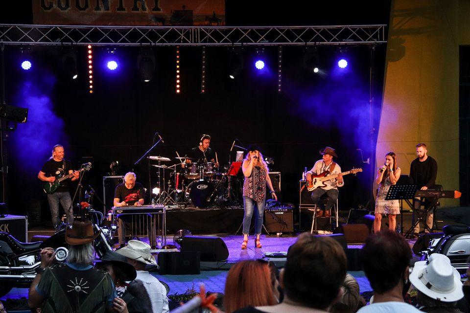 Na zdjęciu widok ogólny na scenę amfiteatru podczas Pikniku Country. Widać także fragment widowni amfiteatru. Foto Monika Bilska