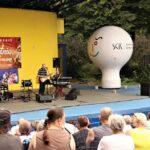 Na zdjęciu widok ogólny na widownię i scenę amfiteatru, w któym trwa właśnie koncert zespołu Eminence. Foto Monika Bilska