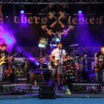 Na zdjęciu widok ogólny sceny podczas koncertu Rock Noc. Na scenie, na tle baneru Oberschlesien, występuje zespół Bulwers. Foto Monika Bilska