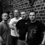 PIFF PARRE - pięciu członków zespołu stoi przy ścianie z czerwonej cegły