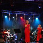Rodzina Wantuła podczas wykonywania koncertu świąteczno-karnawałowego on-line na scenie SCK- Bytków