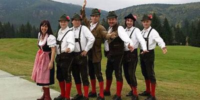 Na zdjęciu członkowie grupy Tyrolia Band. W bawarskich strojach stoją na tle gór