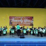 Widok ogólny na scenę amfiteatru, na której występują muzycy Górniczej Orkiestry Dętej Bytom. Po prawej stronie widozny baiły balon reklamowy SCK. Foto Monika Bilska