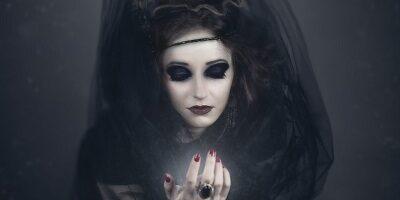 Postać kobiety ucharakteryzowaną na czarownicę.