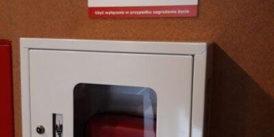 defibrylator w białej skrzynce widzący na ścianie holu SCK-Bytków