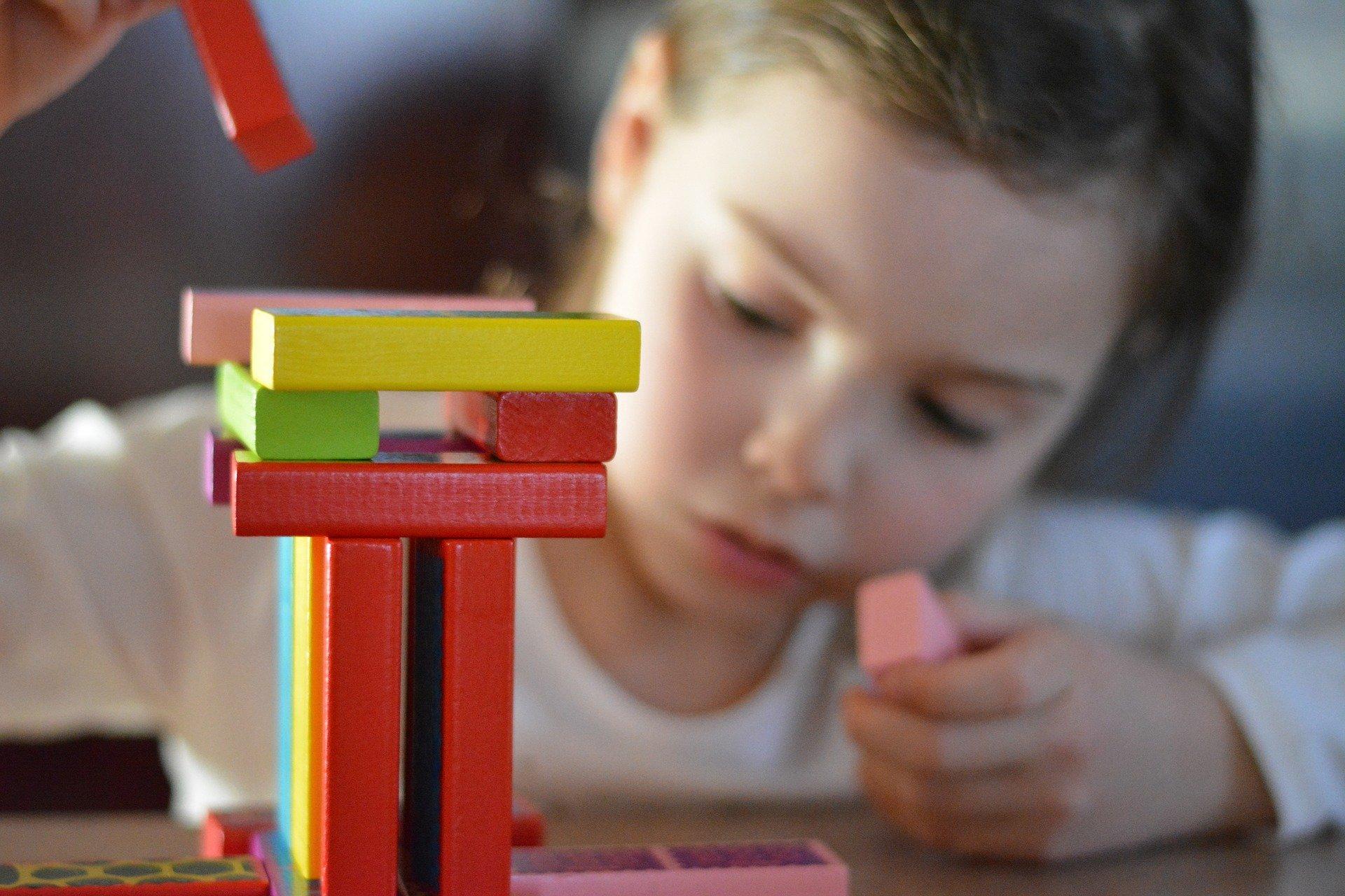 Dziecko bawiące się kolorowymi klockami