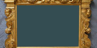 Złota ozdobna rama na obraz. W środku grafitowe tło.