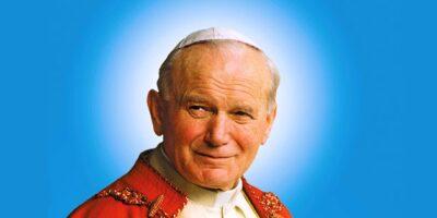 Postać uśmiechniętego, patrzącego w prawą stronę Papieża - Jana Pawła II na niebieskim tle.