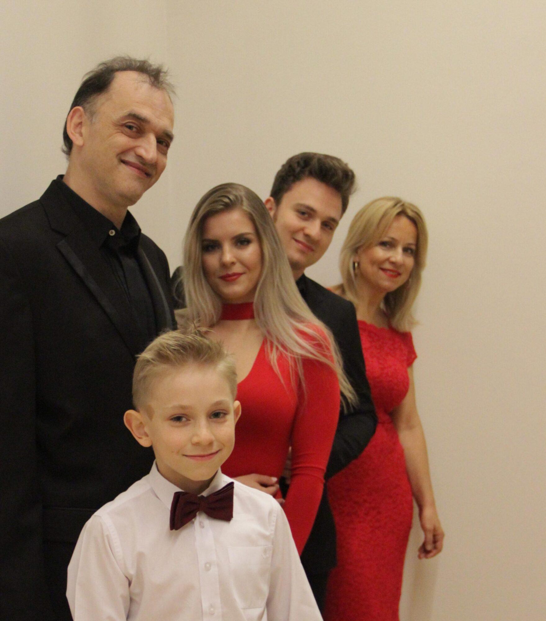 Rodzina Wantuła w wieczorowych strojach. Zdjęcie promocyjne