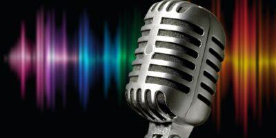 Zdjęcie przedstawia mikrofon estradowy na kolorowym tle