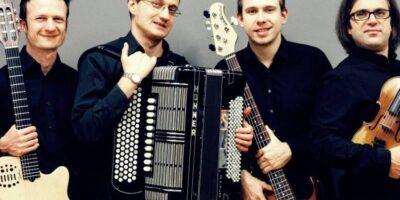 Na zdjęciu cztrech muzyków zespołu Nivel. Ubrani w ciemne stroje stoją razem. W rękach trzymają instrumenty